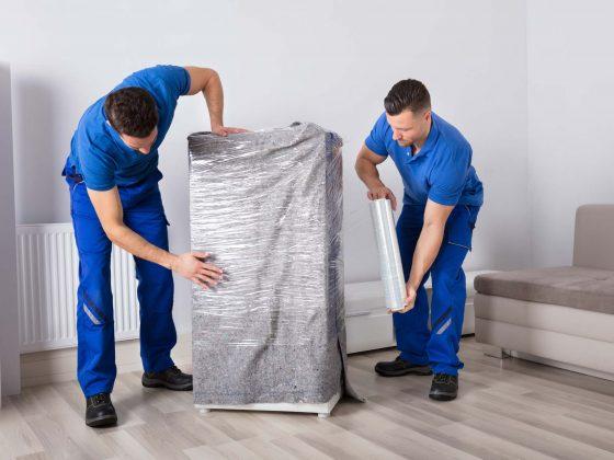 deux ouvriers protégeant un meuble