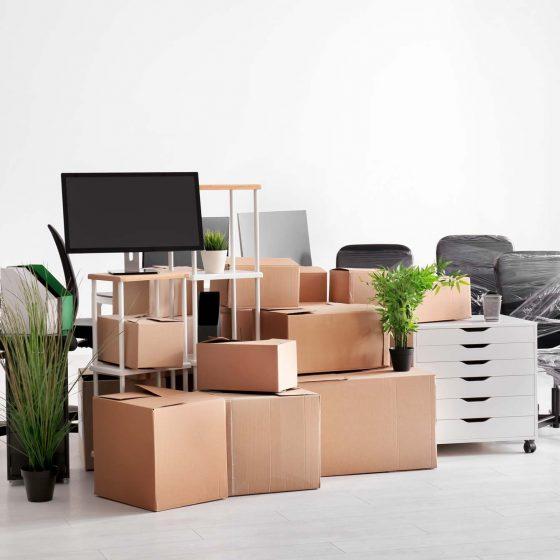 cartons avec affaires de bureau