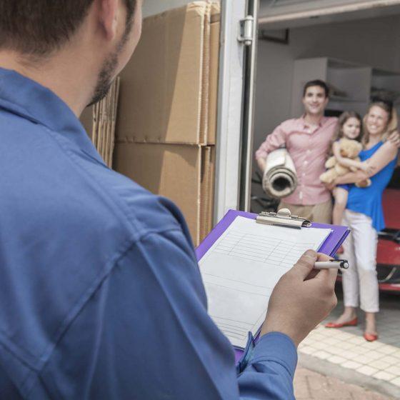 famille discutant avec un déménageur